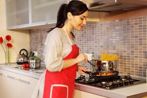 готовит еду