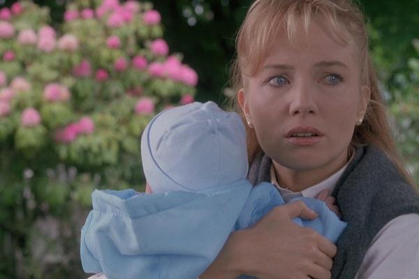 """Кадр из фильма """"Рука, качающая колыбель"""" (1992)"""